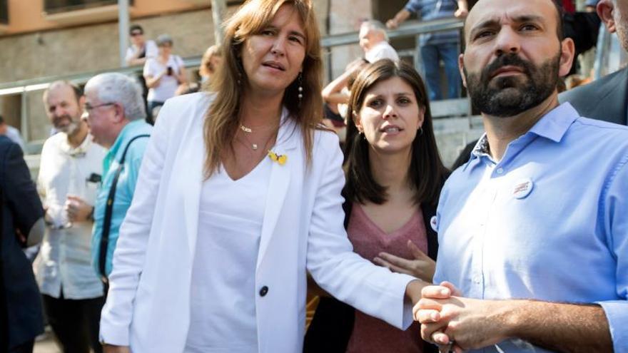 El vicepresidente primero de Òmnium Cultural, Marcel Maurí (d) junto a Laura Borràs de JxCat (i) y Marta Vilalta de ERC (d) durante la rueda de prensa  que han ofrecido JxCat, ERC, la CUP, y las entidades independentistas.