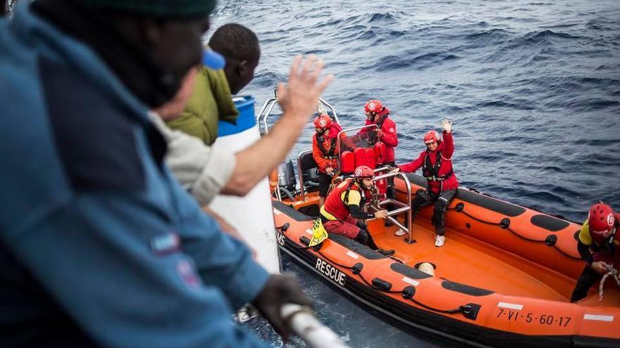 Momento del segundo encuentro entre el buque y la ONG Proactiva Open Arms