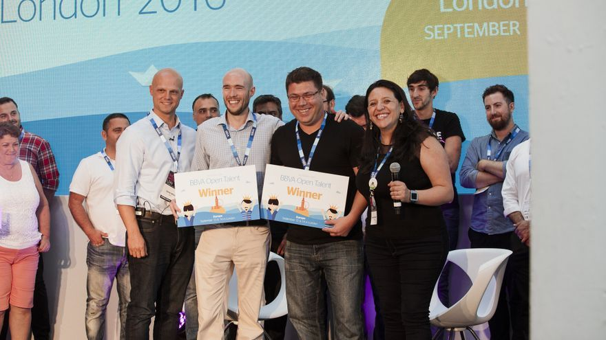 Los ganadores (en el centro) de la final europea de BBVA Open Talent.