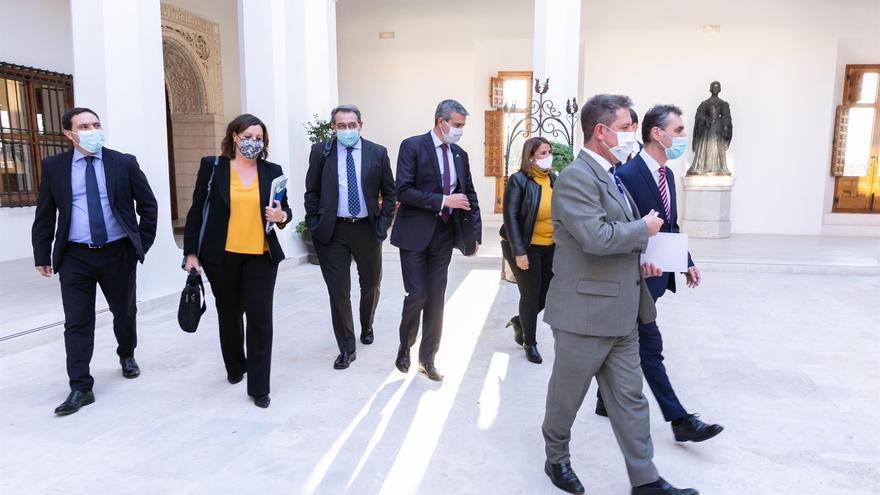 Castilla-La Mancha espera a su reunión con Madrid para decidir sobre un cierre perimetral y retrasará el toque de queda a medianoche