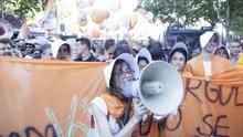 Ciudadanos, recibido por un 'Cuento de la criada', abandona la marcha del Orgullo escoltado por la Policía