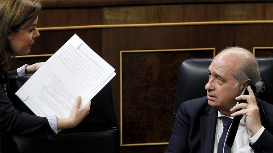 Fernández Díaz dice a Amaiur que deje de calumniar y pida a ETA su disolución