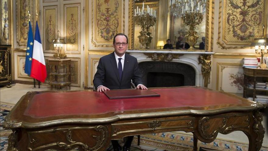 Hollande dice que el nuevo Gobierno griego habrá de respetar los compromisos previos