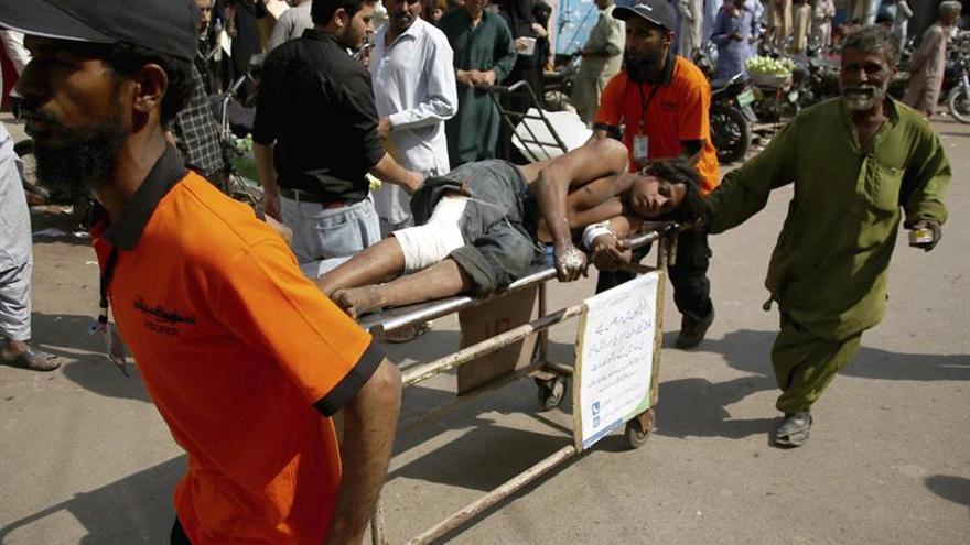 Al menos 5 muertos y 25 atrapados tras varias explosiones en un barco en Pakistán