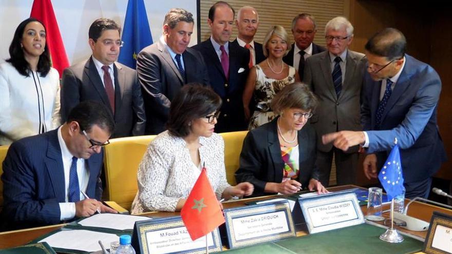 La embajadora de la Unión Europea en Rabat, Claudia Wiedy (d), y la secretaria general del Departamento de Pesca en el Ministerio marroquí de Agricultura, Zakia Driouich (c) durante la firma de un nuevo acuerdo pesquero para los próximos cuatro años