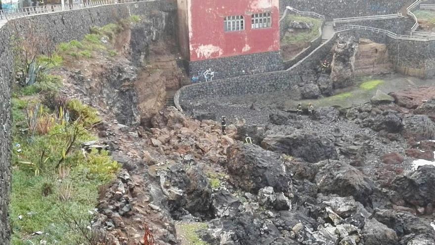 Los servicios de emergencia retiran los escombros del derrumbe en La Isleta.