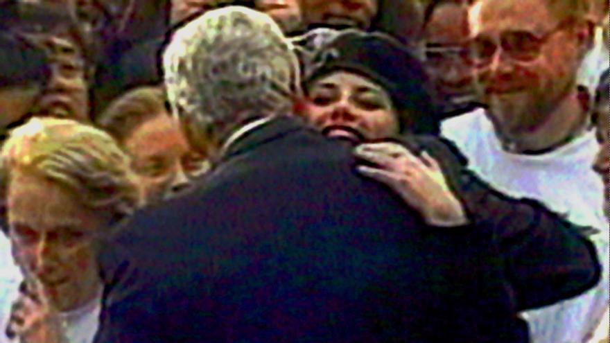 Bill Clinton abraza a Monica Lewinsky en una captura de 1996