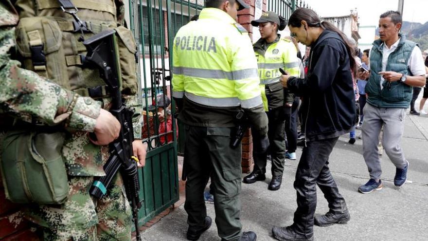 Soldados del Ejército colombiano con fusiles fueron vistos este lunes en varias avenidas de Bogotá tres días antes de la jornada de protestas sociales del jueves, lo que causó sorpresa y zozobra en los ciudadanos.