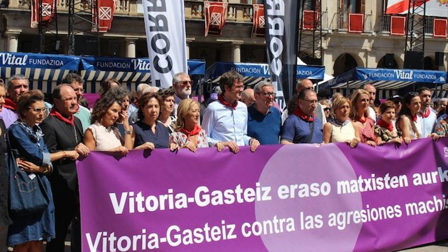 El alclade de Vitoria, Gorka Urtaran durante una manifestación en contra de la violencia machista