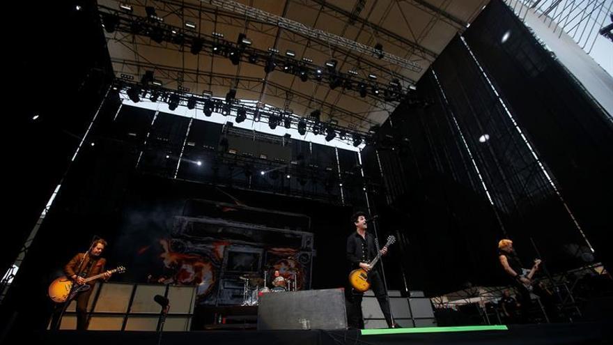 Green Day vuelve a sus orígenes punk y despotrica de Trump en Chile