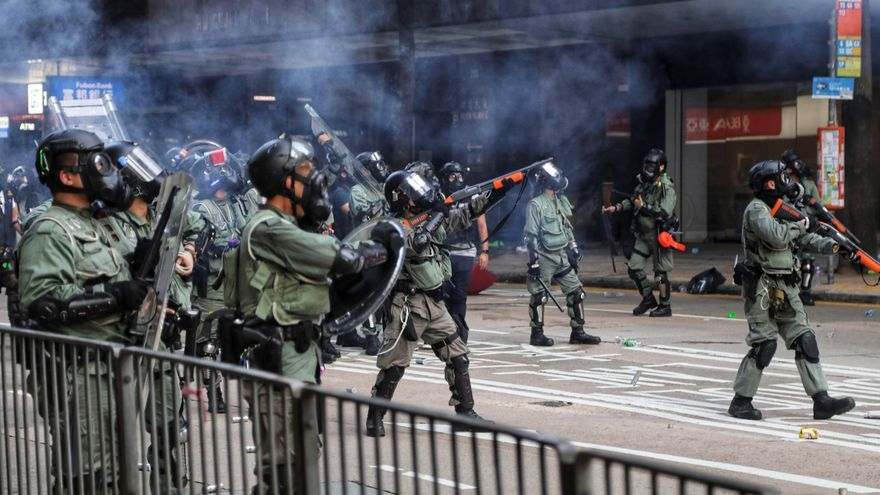 La policía de Hong Kong lanza gas lacrimógeno durante las protestas de este martes.
