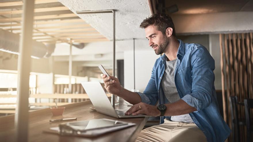 La tendencia más prevalente en el sector bancario actual es el cambio a la banca digital, específicamente móvil y en línea.