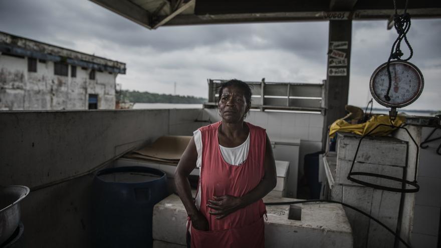 Nuri es pescadera en uno de los mercados de Buenaventura. Uno de sus hijos fue brutalmente asesinado por una pandilla local hace 16 años. Fue decapitado y su cuerpo quemado. Desde entonces, Nuri ha estado sufriendo ataques de pánico, ansiedad y síntomas de esquizofrenia.