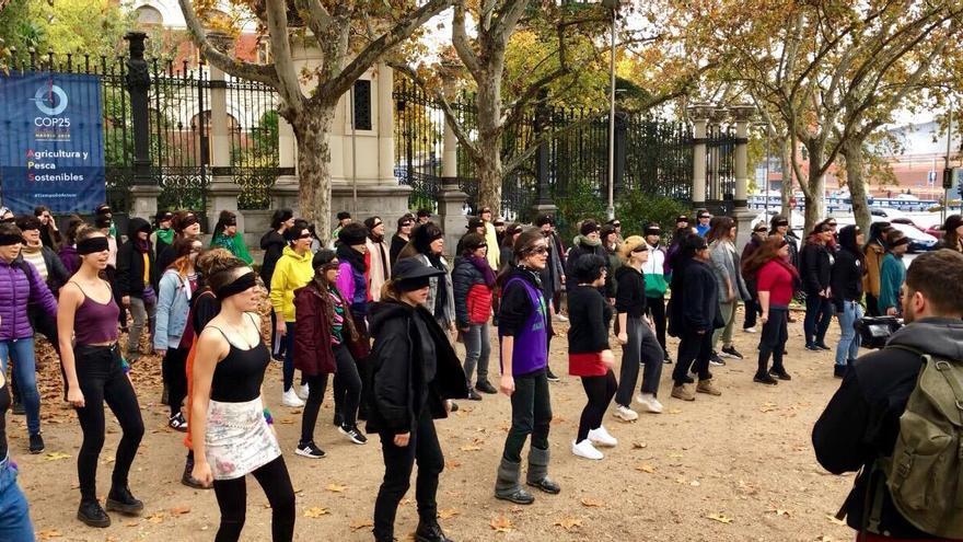Imagen de la performance chilena contra la violencia machista representada en Madrid