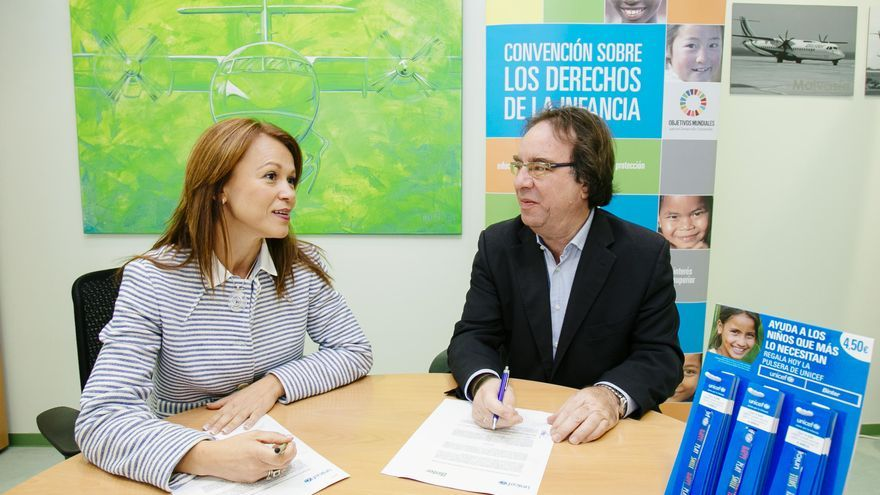 Noelia Curbelo y Amós García, en la firma del acuerdo entre Binter y Unicef