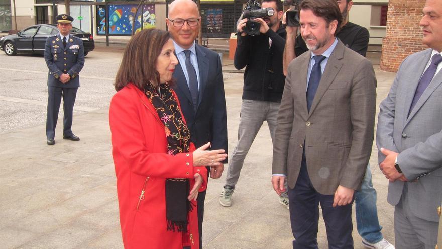 La ministra Margarita Robles y Carlos Alonso, presidente del Cabildo de Tenerife, este lunes