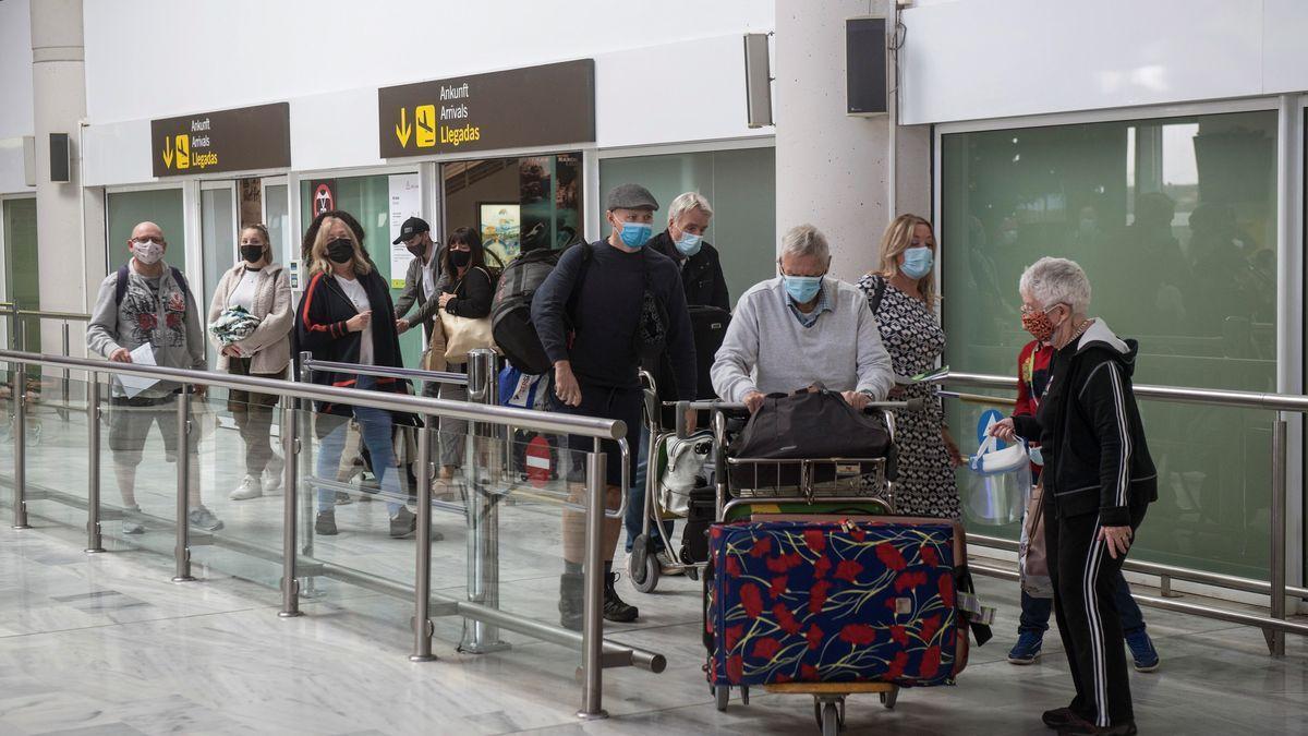 Varios turistas salen de la sala de recogida de equipajes a su llegada al aeropuerto César Manrique de Lanzarote.  (EFE)