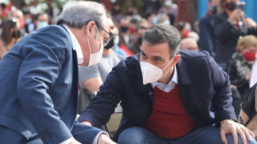 El candidato del PSOE a la Presidencia de la Comunidad de Madrid, Ángel Gabilondo (i) y el presidente del Gobierno, Pedro Sánchez durante el último acto de campaña del partido en el auditorio del Parque Forestal de Entrevías, a 2 de mayo de 2021, en Madri