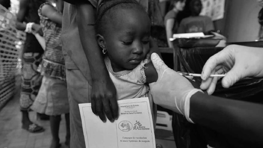 Una niña recibe una vacuna / Imagen incorporada por MSF en su informe