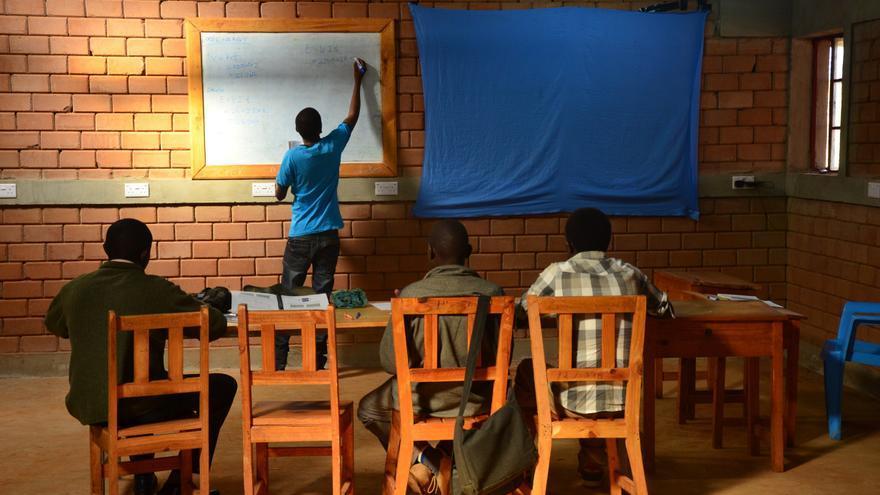 El proyecto de la ONG Nyumbani . Voluntarios imparten clases en la aldea