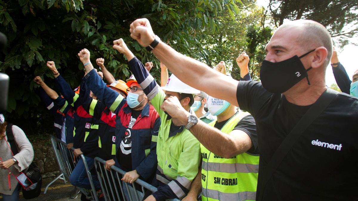 Trabajadores de Alcoa concentrados a las puertas del Pazo de Cea de Nigrán donde miembros del comité de empresa de Alcoa se reúnen con representantes de la dirección. EFE / Salvador Sas