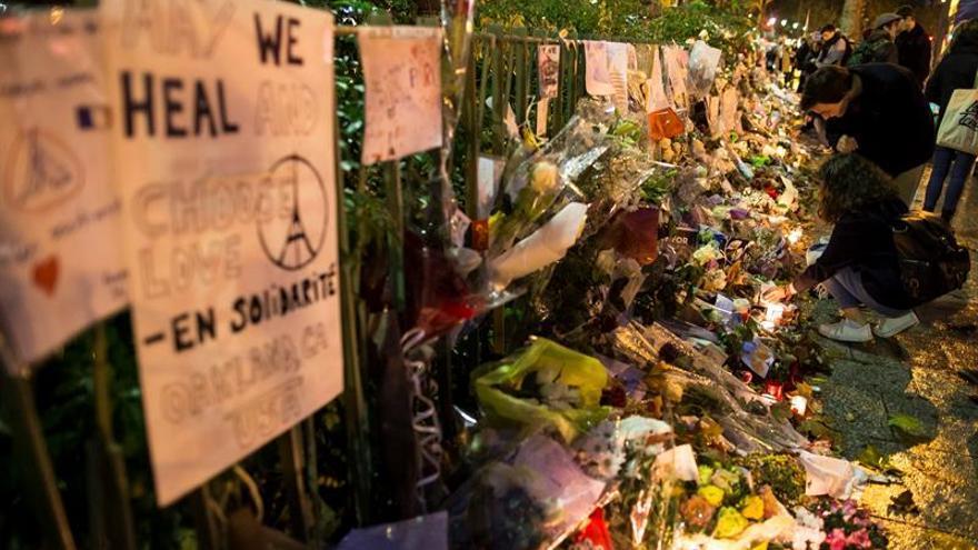 Tres terroristas de París pasaron por Budapest como refugiados, según un diario