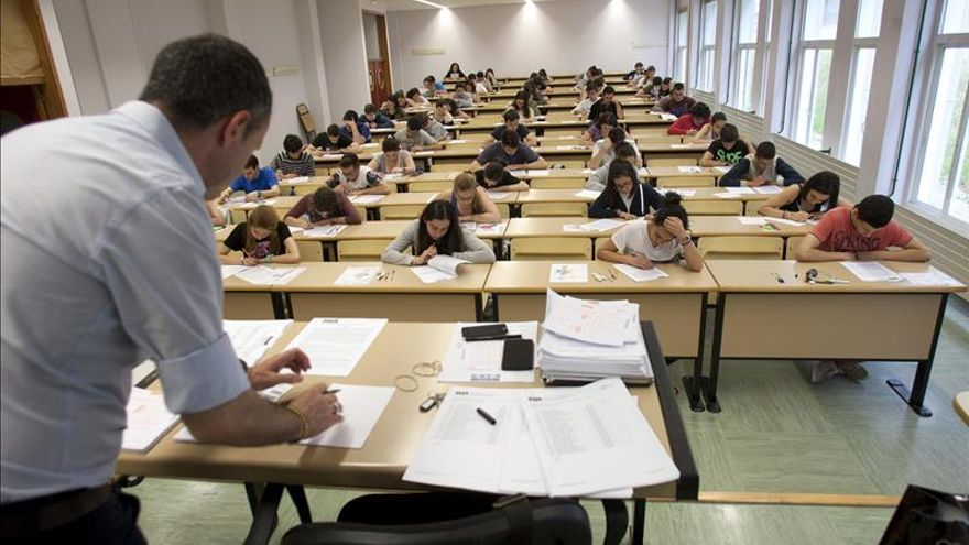 La pobreza triplica el riesgo de que un alumno en España saque peores notas
