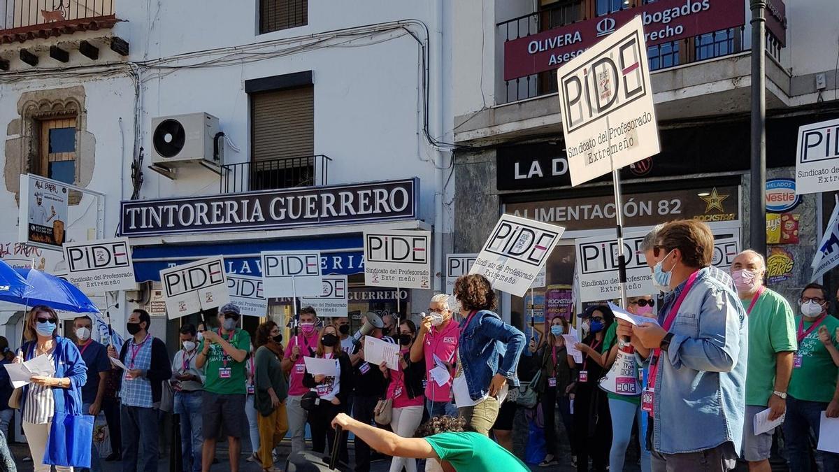 Medio centenar de empleados públicos de la Junta de Extremadura han participado en la protesta
