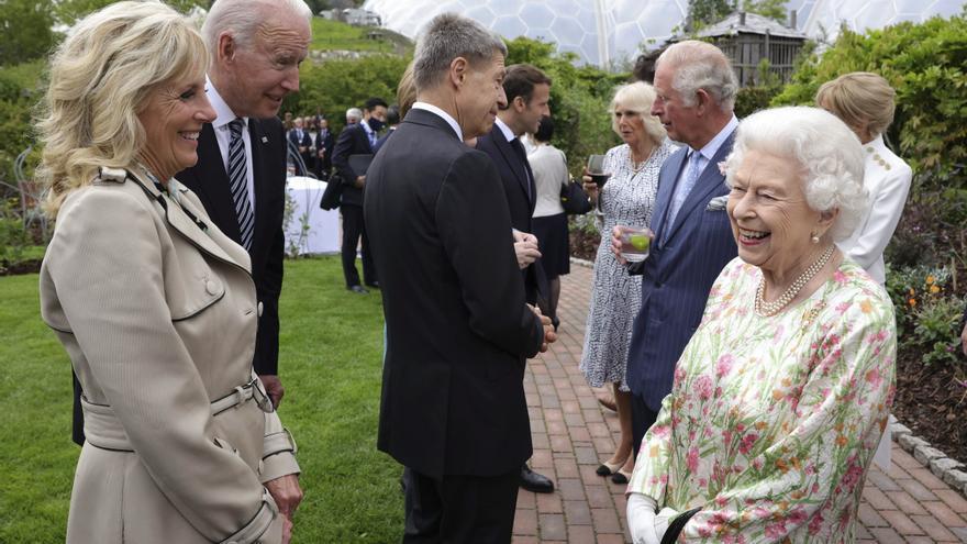 La reina Isabel o el arte de fascinar a la comitiva de prensa de Biden en G7
