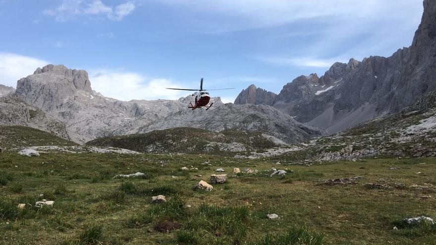 Rescatados por helicóptero un padre y su hijo de 8 años perdidos anoche en Picos de Europa