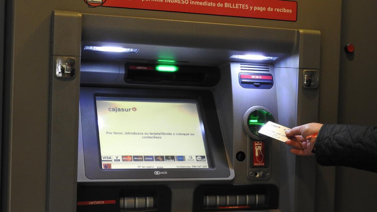 Uno de los cajeros automáticos de Cajasur.
