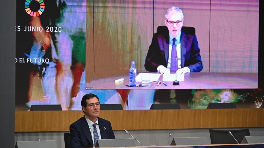 Antonio Garamendi escucha por videoconferencia al presidente de Inditex, Pablo Isla, en la cumbre organizada por la patronal para la reconstrucción tras el coronavirus.