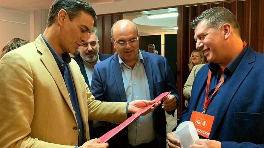 Pedro Sánchez, con  la corbata se seda regalada por la Agrupación Socialista de El Paso, junto a Anselmo Pestana y Andrés Carmona, miembro de la citada agrupación y teniente de alcalde del municipio.