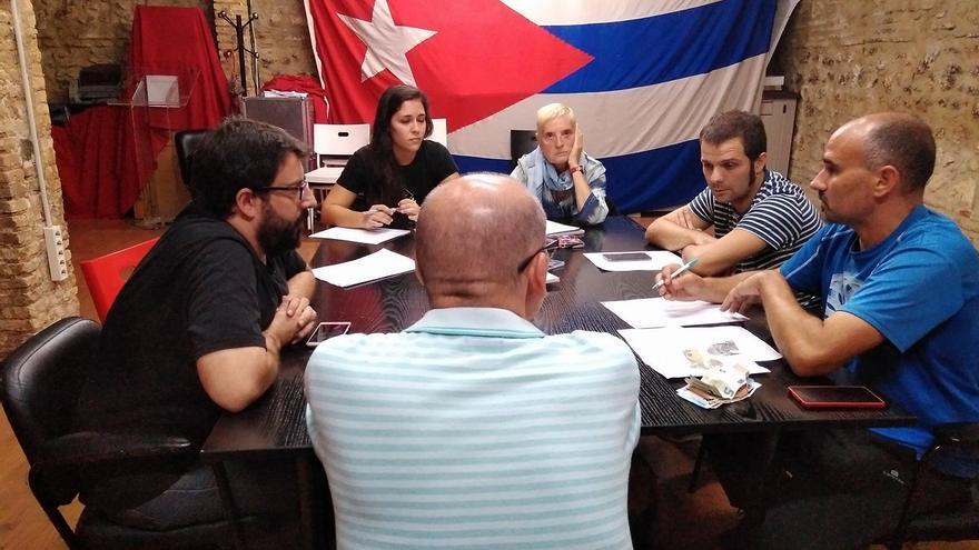 David Rodríguez (d) en una reunión de la directiva de la Asociación Valenciana de Amistad con Cuba Jose Marti