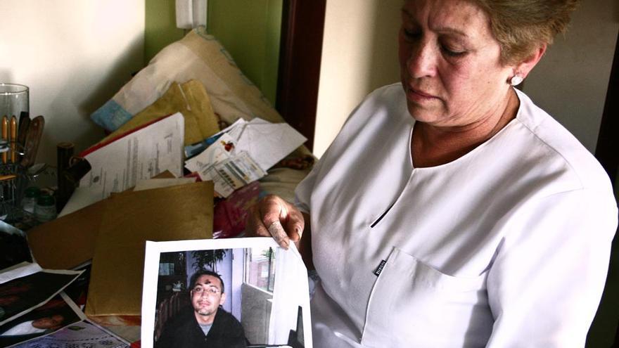 Ana Delida Paez fue la primera de las madres en conseguir una condena, en julio de 2011. En su casa de Bogotá, enseña una fotografía de su hijo Eduardo, secuestrado y asesinado por el Ejército./ Foto: M.C. Y E.G.