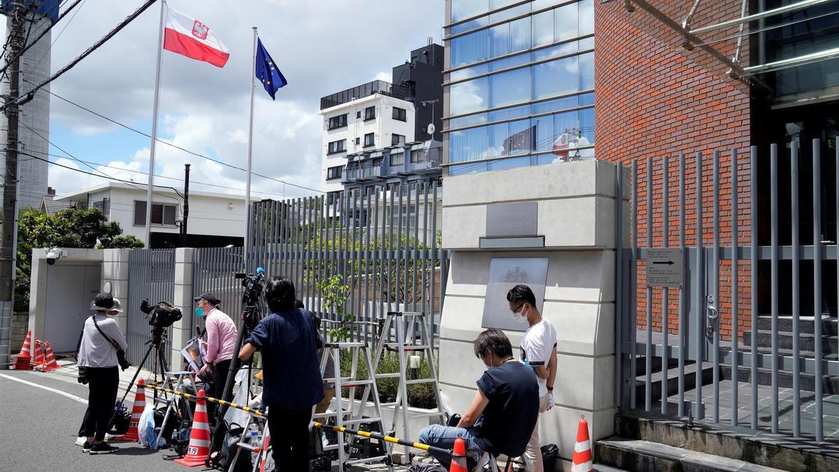 Los medios se concentran frente a la embajada de Polonia en Tokio, donde la atleta buscó protección internacional