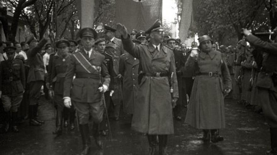 Himmler pasando revista a las tropas en la plaza de Gipuzkoa acompañado del gobernador civil guipuzcoano en 1940. Foto: Kutxateka.