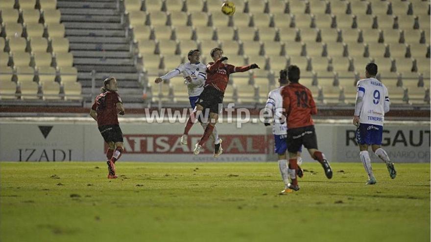 Un lance del partido que estuvo marcado por la lluvia y la inoperancia de los dos equipos./ LFP