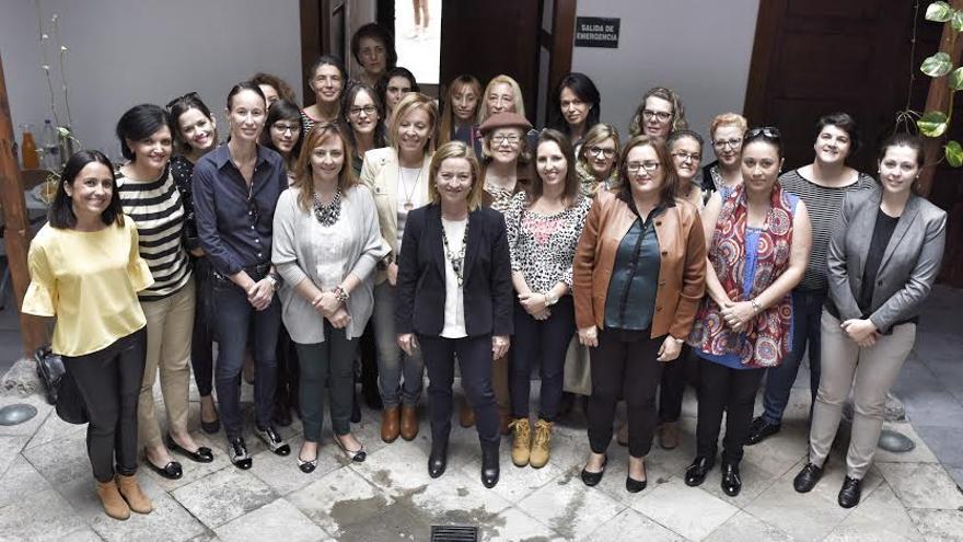 Ana Oramas (c) mantuvo un encuentro con mujeres de La Palma.