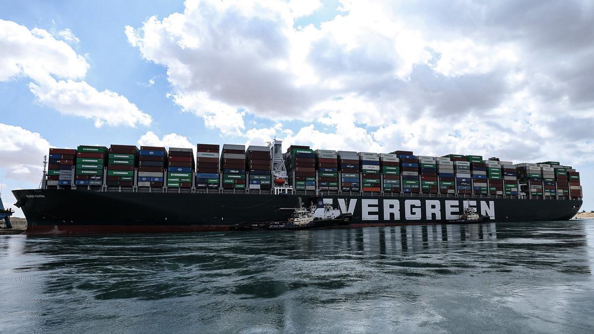 La nave Ever Given encallada en el Canal de Suez.