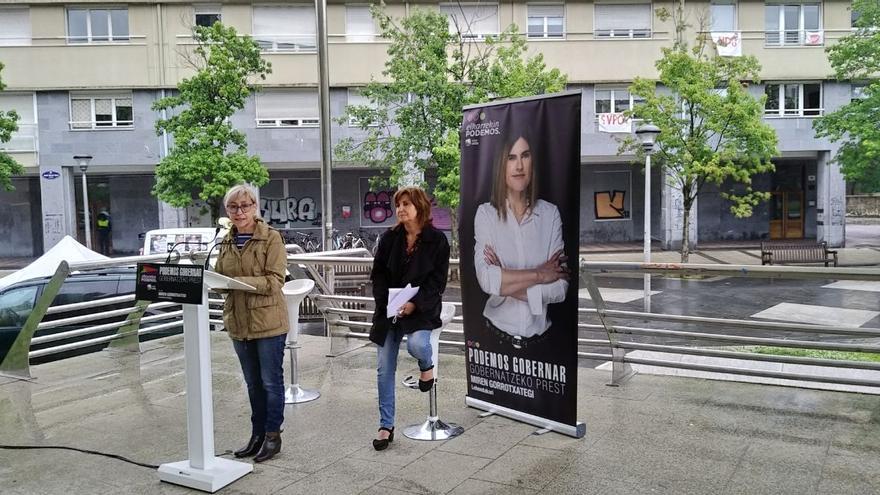 Arantza González junto a Pilar Garrido (sentada) durante un acto de campaña
