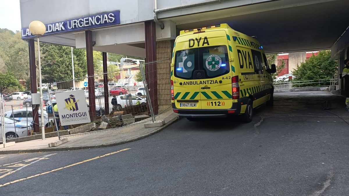 Una ambulancia entrando a un hospital vasco.