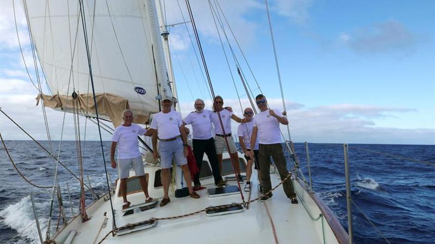 El capitán del velero Pros, José Solá (i), junto a su tripulación, a bordo del Pros