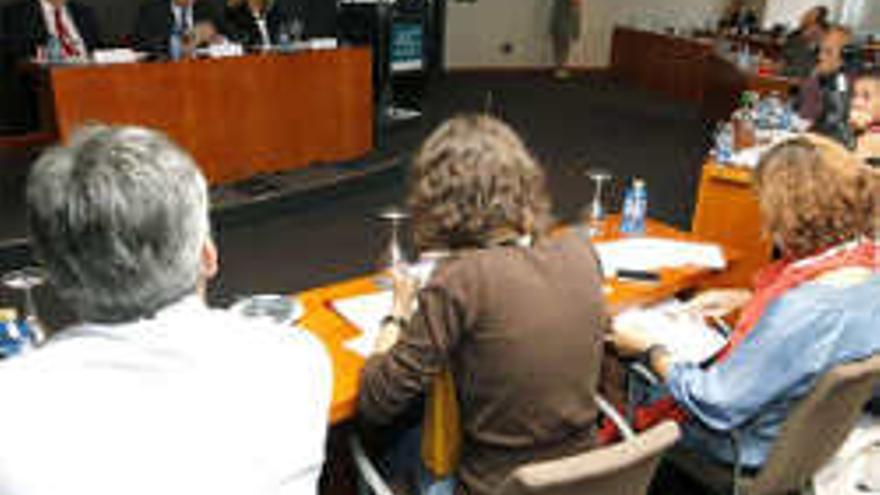 El presidente de Repsol, Antonio Brufau, durante la rueda de prensa que ofreció hoy en Las Palmas de Gran Canaria para explicar los proyectos de la compañía para buscar yacimientos de hidrocarburos en aguas cercanas a las islas de Lanzarote y Fuerteventura, a los que se oponen las principales instituciones de Canarias. EFE/Elvira Urquijo A.