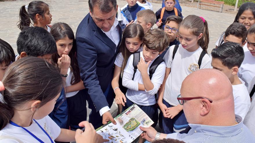 José Manuel Bermúdez, junto a escolares de Santa Cruz, en la presentación de la iniciativa