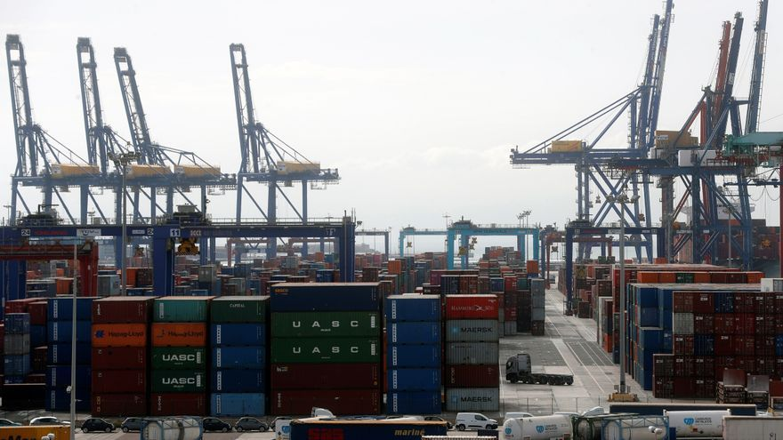 En la imagen, operaciones portuarias en el puerto de Valencia. EFE/Kai Försterling/Archivo