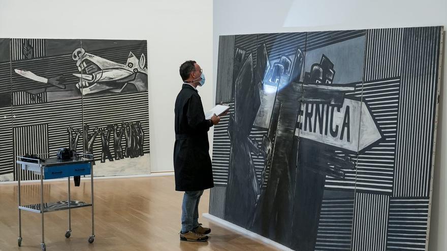 Desembalaje del mural 'Guernica' de Ibarrola en el Museo de Bellas Artes de Bilbao