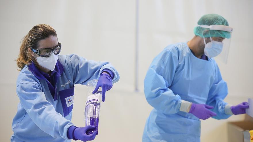 Archivo - Profesionales sanitarios realizan test de detección de Covid (archivo)