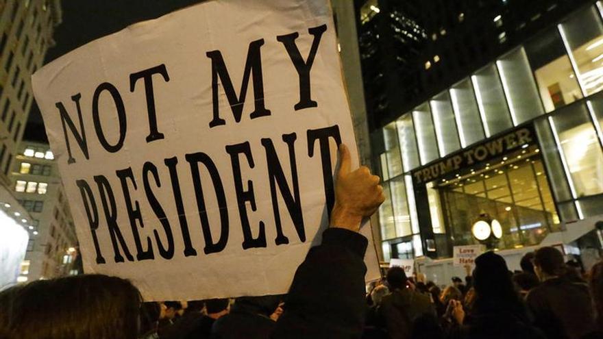 Washington recibe con frialdad y protestas al presidente electo Trump