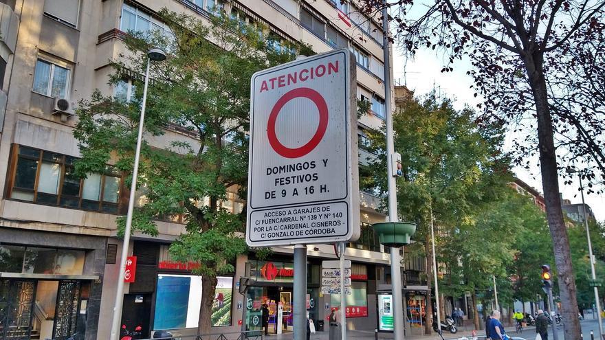 Cartel indicando la peatonalización permanente de Fuencarral | SOMOS CHAMBERÍ